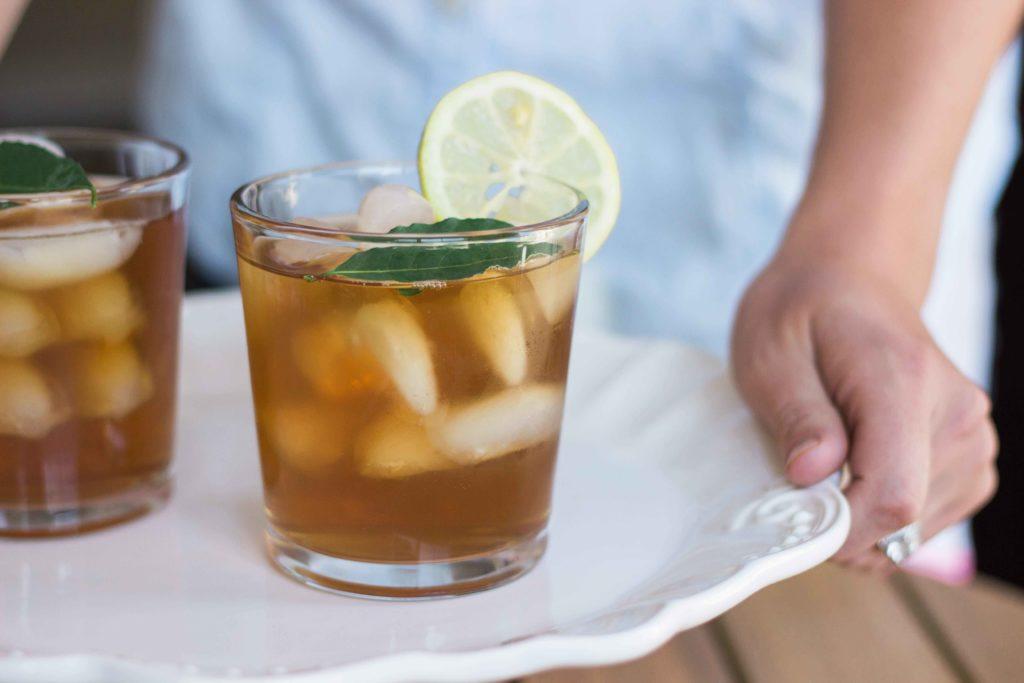 Osvěžte se v létě domácím ledovým čajem
