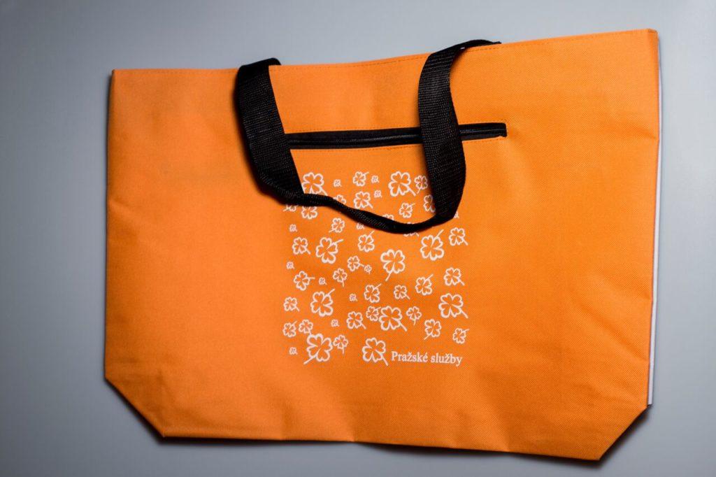 Která taška je lepší? Plastová nebo papírová?