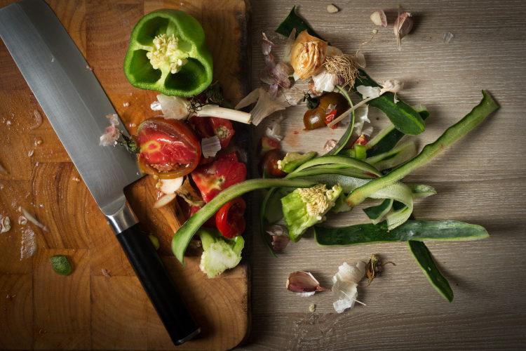 Z vidličky na vidle? Kuchyňské odpady jen málokdy končí tam, kde mají.