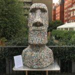 Muž nasbíral 35 pytlů plastů a proměnil je v umění