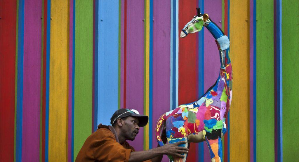 Co dělat s odhozenými žabkami? V Keni z nich vytvářejí barevné sochy zvířat