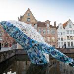 Belgické Bruggy nově zdobí socha velryby vyrobená z plastového odpadu