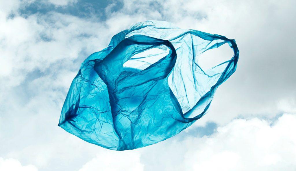 Zpoplatnění igelitových tašek funguje. Ve Velké Británii se jejich počet snížil o 13 miliard