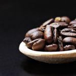 Britští vědci našli způsob, jak přeměnit kávový odpad na elektřinu
