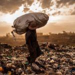 Keňského umělce proslavily futuristické brýle vyrobené z odpadu