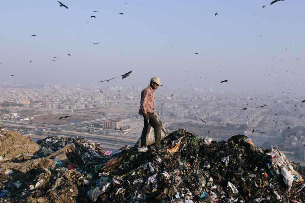 Indická hora odpadků již brzy přeroste Tádž Mahal