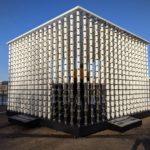 Londýnské nábřeží nově zdobí instalace z jednorázových papírových kelímků