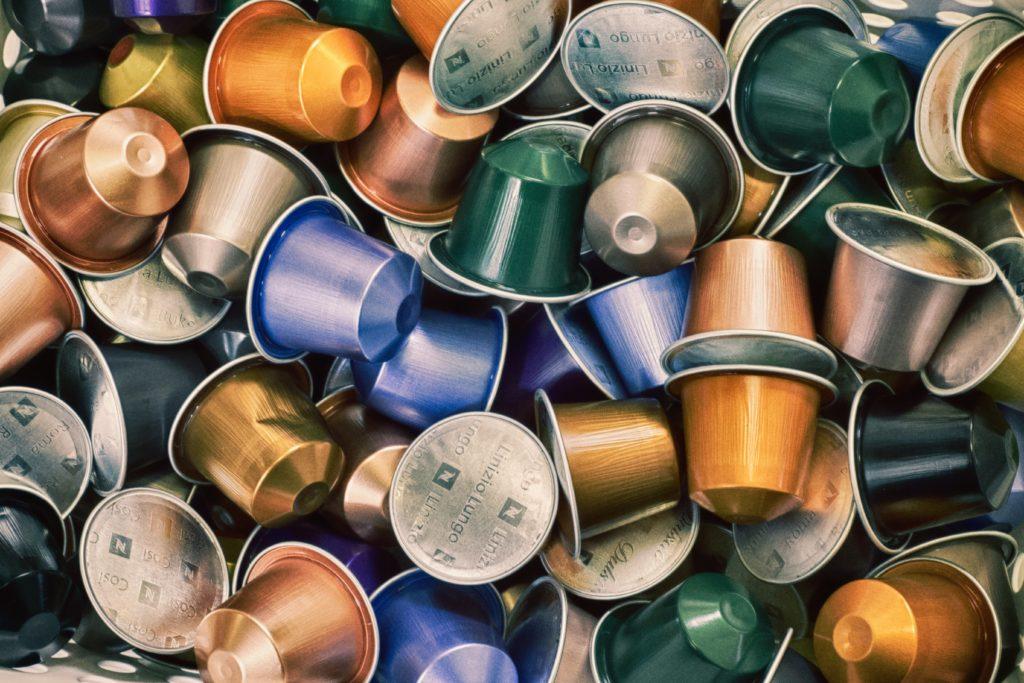 Kávové kapsle od Nespresso bude možné vyhazovat do šedých kontejnerů