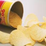 Obal legendárních Pringles je noční můrou recyklace. Teď by se však měl změnit