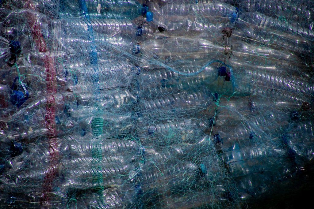 Nově objevený katalyzátor rozkládá plasty na dále využitelné suroviny