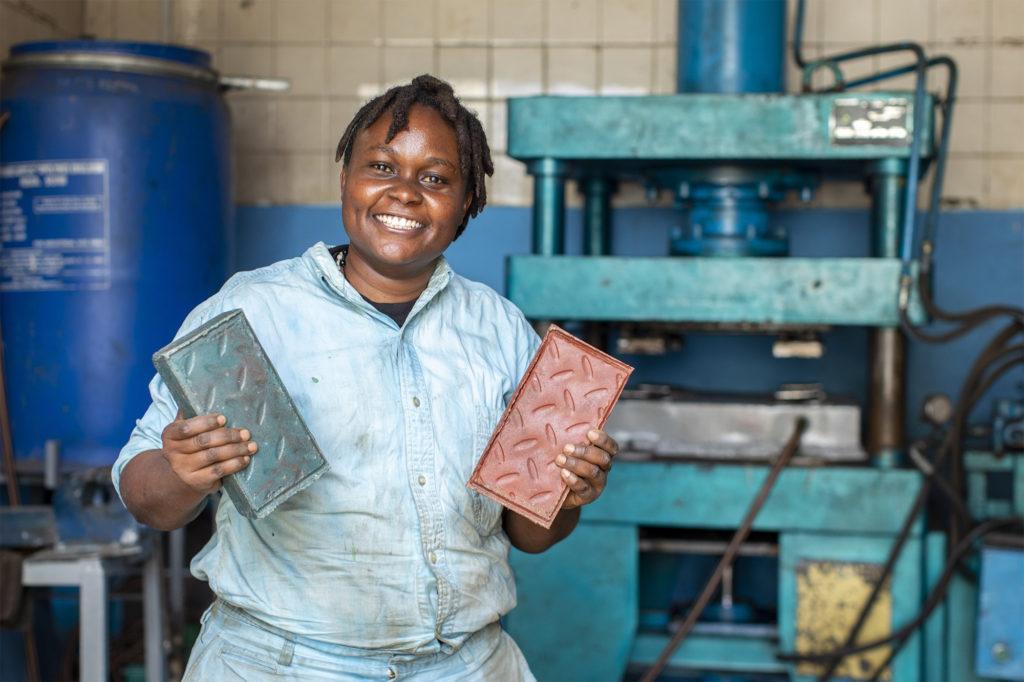 Keňská podnikatelka mění plastový odpad na cihly, které jsou sedmkrát pevnější než beton